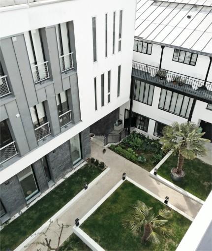 la cour depuis un balcon du bâtiment ouest
